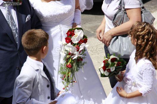 http://www.lemienozze.it/gallerie/foto-fiori-e-allestimenti-matrimonio/img27792.html Bouquet sposa a cascata di orchidee bianche e fiori rossi