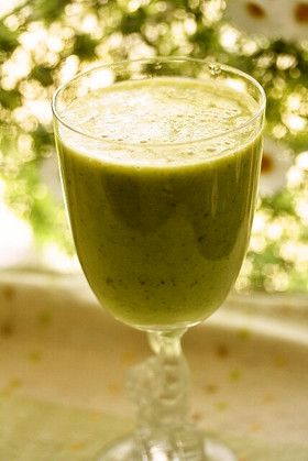 グリーンレタススムージー~バナナ入り バナナ1本 りんご1/2個 レタス2~3枚(50g) レモン汁小1~2 水100㏄ 氷5個ほど