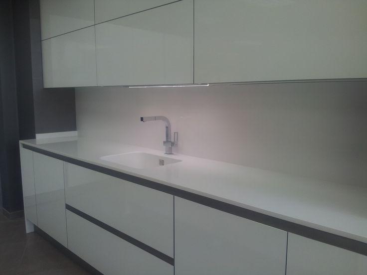 Encimera de cocina en silestone blanco zeus con fregadero for Cocinas blancas con silestone