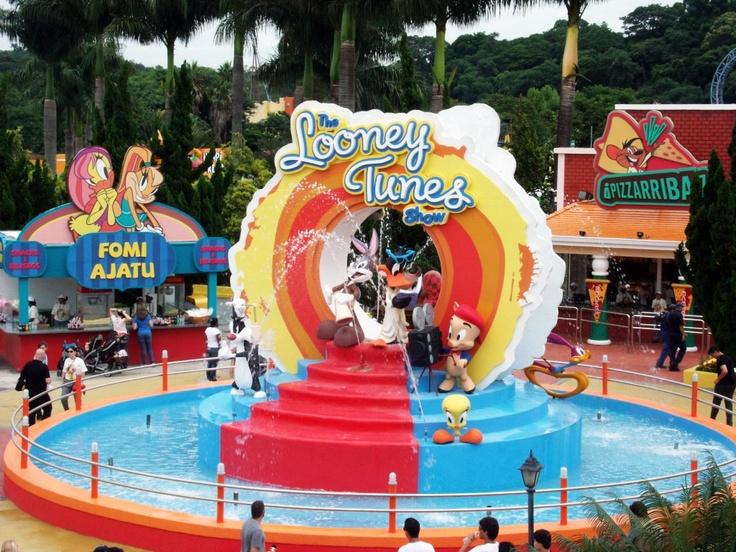 O Hopi Hari (SP) lançou sua nova decoração da região do Aribabiba: Looney Tunes! Pernalonga e sua turma te espera nas férias do país mais divertido do mundo.