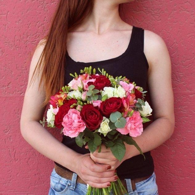 Букет собран из одноголосых и кустовых роз, гвоздик, фрезии и эвкалипта