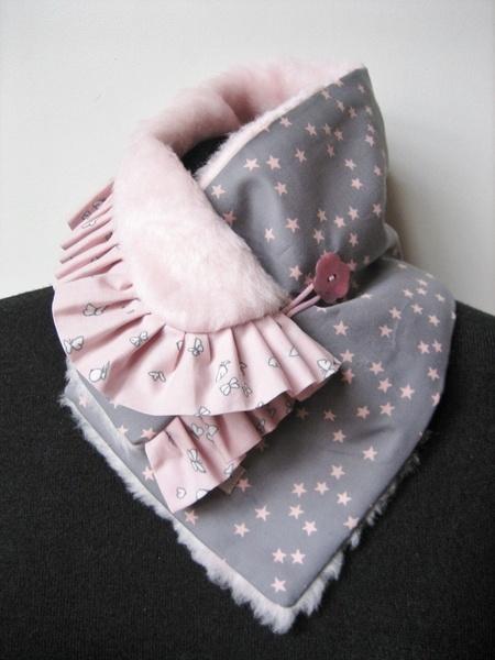 Pour voir la vie en rose mais coté pastel , rien de mieux que cette version unique du col écharpe réversible à la fois doux et original , chaud et lum