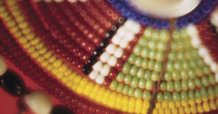 Como fazer joias para dreadlocks. Decore seus dreadlocks com pulseiras peiote feitas de contas de sementes. Essas pulseiras têm aproximadamente 1,25 cm de diâmetro e mais ou menos 2,5 cm de altura, com duas cores em fileiras verticais alternadas. Elas deslizam nos dreadlocks verticalmente, embora sejam trabalhadas horizontalmente. O ponto peiote pode ser difícil a princípio, mas, ...