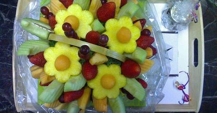Cómo hacer flores de frutas comestibles. ¿Has visto alguna vez esas flores de frutas comestibles pero pensaste que serían demasiado caras? Créase o no, tú también puedes hacer una flor de frutas tan hermosa como la de las tiendas pero por una porción del costo. Existen muchas frutas coloridas para elegir cuando haces estas flores y todos disfrutarán comérselas. Haz arreglos de flores de ...