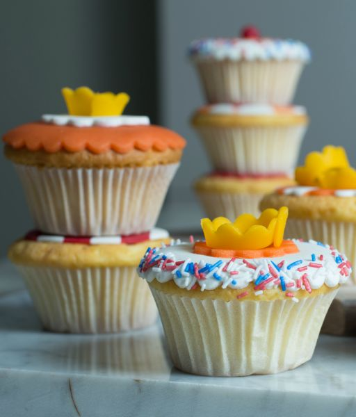 Moet je werken op Koningsdag? Trakteer je collega's dan op deze leuke Oranje cupcakes.