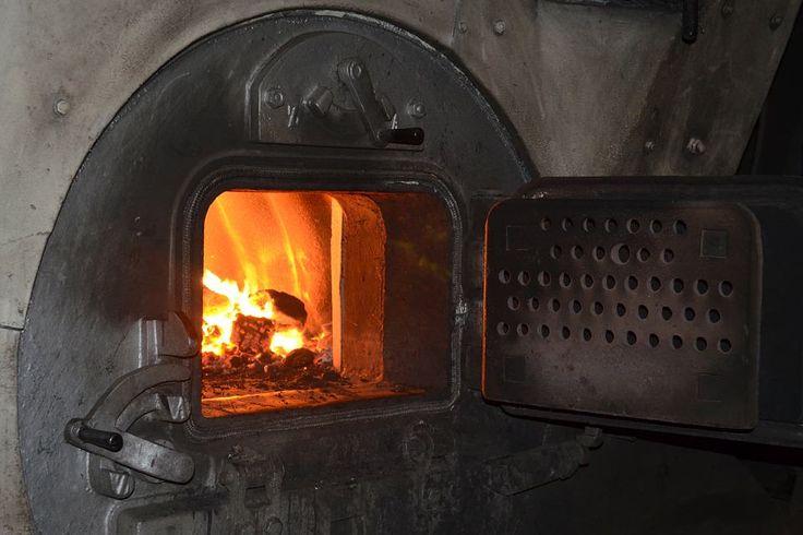 Nowe regulacje wprowadzone przez Unię Europejską mają ograniczyć możliwość korzystania w domach z urządzeń zasilanych węglem.