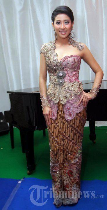 Pemain fillm Olivia Zalianty saat berpose setelah membacakan salah satu nominasi pada malam penganugerahan MNCTV pahlawan untuk Indonesia 2013… #877012