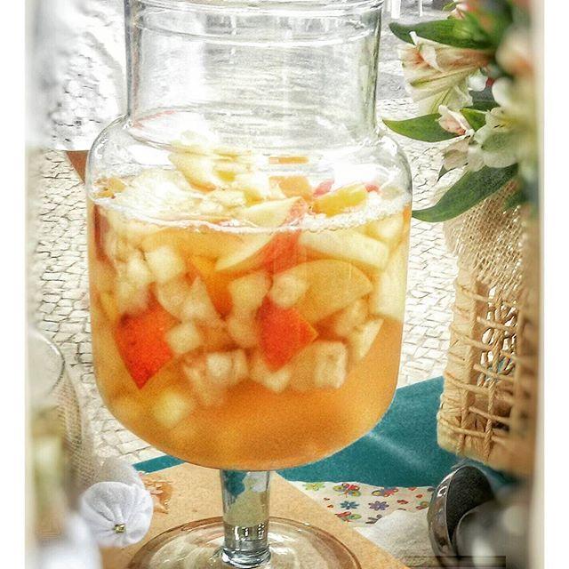 Ponche cítrico feito com chá de gengibre, limão e cidreira + frutas (maçã, abacaxi, morango e pêssego) + espumante branco seco. É só escolher a sua garrafinha e se deliciar!  #mrpote #seuverãonopote #mrpoteinaugura #estreiadomrpote #gastronomia #gastronomía #gastronomie #gastronomy #gastronomiaetc #instafoodapp #ponchemrpote #instacook #beautifulcuisines #instacooking #instacozinha #gratidão