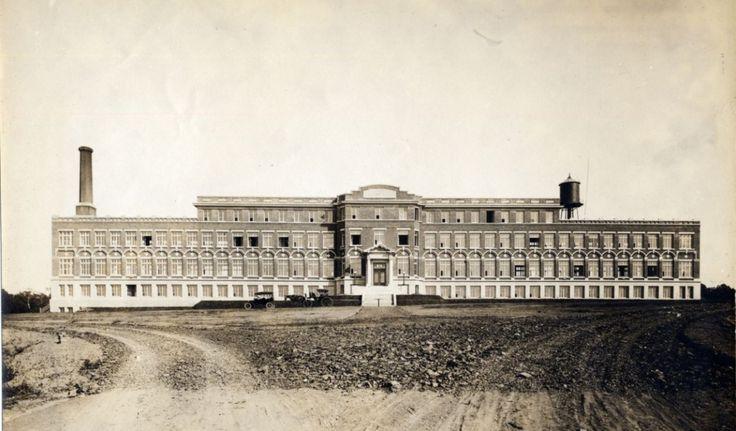 Le pavillon initial de l'hôpital Laval, vers 1920 (Sainte-Foy - Chemin Sainte-Foy - Hôpital Laval - Édifice, Livernois, vers 1920, Fonds L'Action catholique,P428,S3,SS1,D13,P90, Bibliothèque et Archives nationales du Québec)