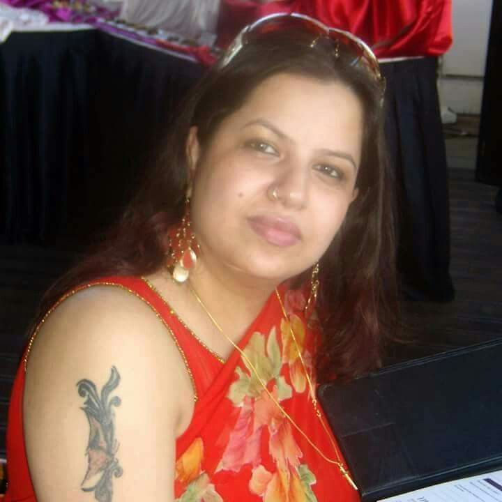 Aunty In Saree With Sleeveless Blouse