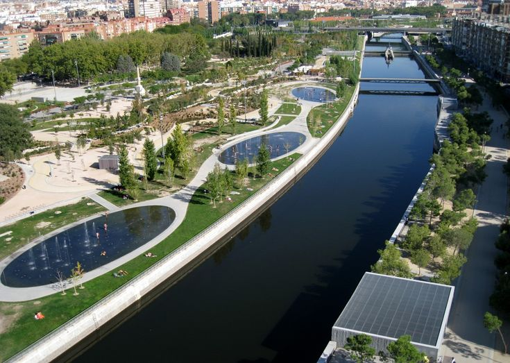 """W04_GREEN AND SYSTEMS CITY DESIGN:  Madrid RIO transforms the recovered spaces on both sides of the Manzanares river into a new """"river-townscape"""", creating a pedestrian public green space of almost seven kilometers from north to south."""