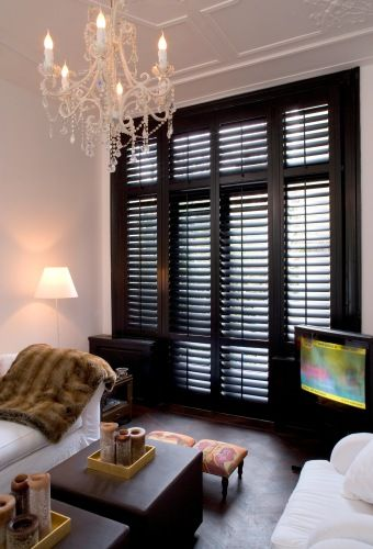 Black plantation shutters. Nice! Woonkamer - Jasno Shutters & Blinds I would add a plant :)