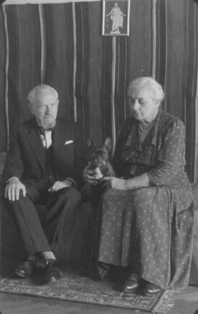 Leopold Staff z żoną Heleną i psem Hecą