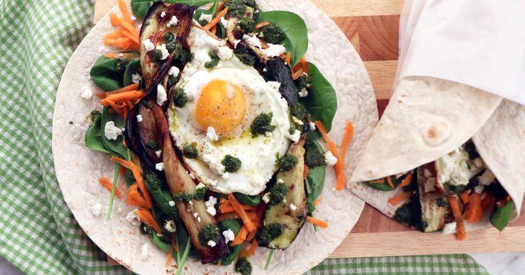 Matiga wraps fyllda med aubergine, zucchini, stekt ägg, fetaost och hemgjord chermoula. Enkelt, grönt och gott!Tips! Gör dina egna tortillabröd till wrapsen, se en receptfilm om hur du gör här!
