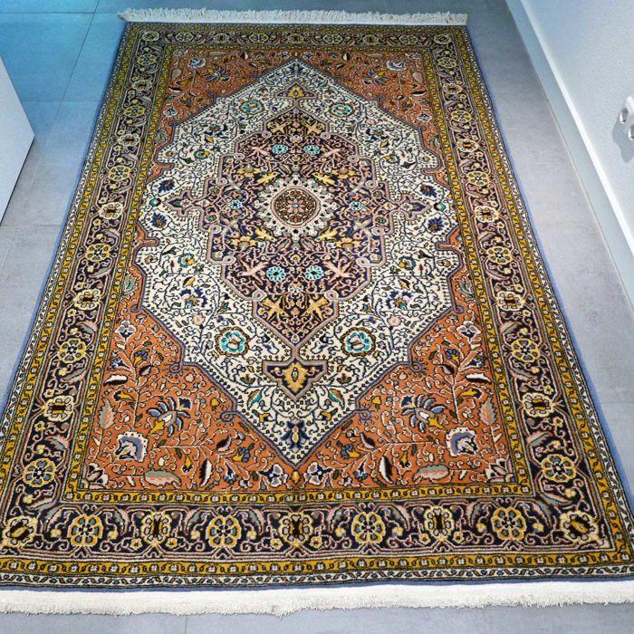 Schitterende oude Ghom Perzisch tapijt met zijde - 210 x 140 - met certificaat  Maak kennis met deze bijzondere Ghom. Het tapijt verkeert in goede conditie en heeft niet veel gebruikerssporen.Deze Ghom is uniek door zijn design en unieke kleurstelling. Het tapijt is gemaakt van zachte wol met zijde. ZEER BIJZONDER TAPIJT  formaat van ca. 210 x 140 cm. Knoopdichtheid is ca. 500.000 kn/m2. Ghom tapijten zijn ook bekend ook bekend onder de namen: Ghom Kom Ghome Qom Qum Quom Khum.  COLLECTORS…