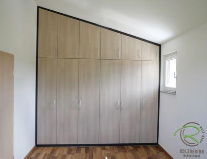 Simple Einbaukleiderschrank nach Ma in die Dachschr ge Dreht ren Fronten in Holzdekor mit anthraziten Innenkorpen