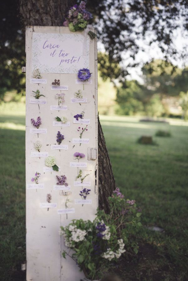 purple botanical seating plan | photography: marcella cistola http://weddingwonderland.it/2016/05/matrimonio-al-profumo-di-glicine.html