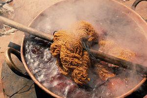 """Linhas tingidas com moreira, jatobá rosa, casaca de baru e """"landim"""" em Uruana foram tecidas na Tecelagem de Unaí com """"repassos"""" tradicionais, como são chamados os padrões têxteis."""