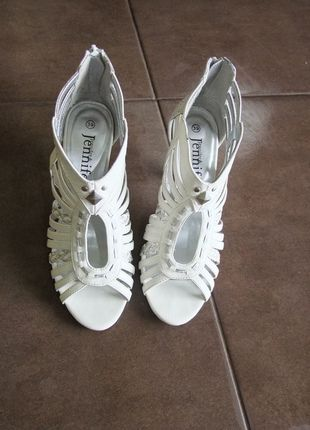 Kup mój przedmiot na #vintedpl http://www.vinted.pl/damskie-obuwie/sandaly/1289498-biale-sandaly-z-cwiekami