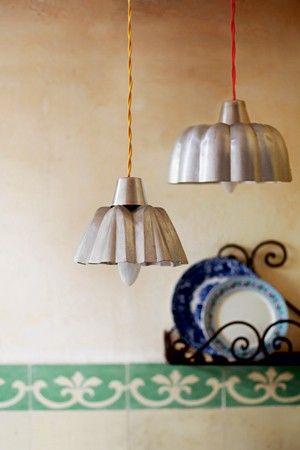 Fôrmas de alumínio de brioche transformadas em pendentes iluminados ganham nova função. (Foto: Rogério Voltan)
