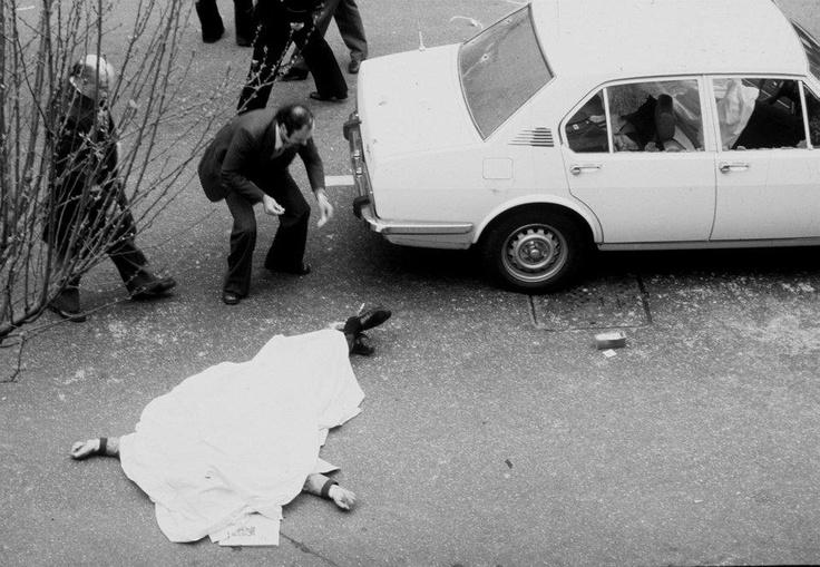Furono sparati in tutto 91 colpi, 45 dei quali colpirono mortalmente gli uomini della scorta, quindi Moro fu prelevato e costretto a salire sulla Fiat 132 blu che si era affiancata alla sua vettura. Una donna lo sentì esclamare:  « Mi lascino andare! Cosa vogliono da me? »    La notizia dell'agguato si diffuse velocemente nel paese e tutte le attività quotidiane furono bruscamente sospese. Il rapimento fu rivendicato dalle stesse Brigate Rosse 48 ore dopo.
