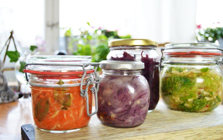 Här är mina bästa tips för syrade grönsaker. Recept i Filmen och i texten ---> Film Film Film  Har det snöat hos dig idag? Här har det varit storm och snöat, så bestämde mig helt... #edsbro #fermenteradegrönsaker #grönsaker #magen #mat #matlagning #norrtälje #plantbased #plantpower #probiotika