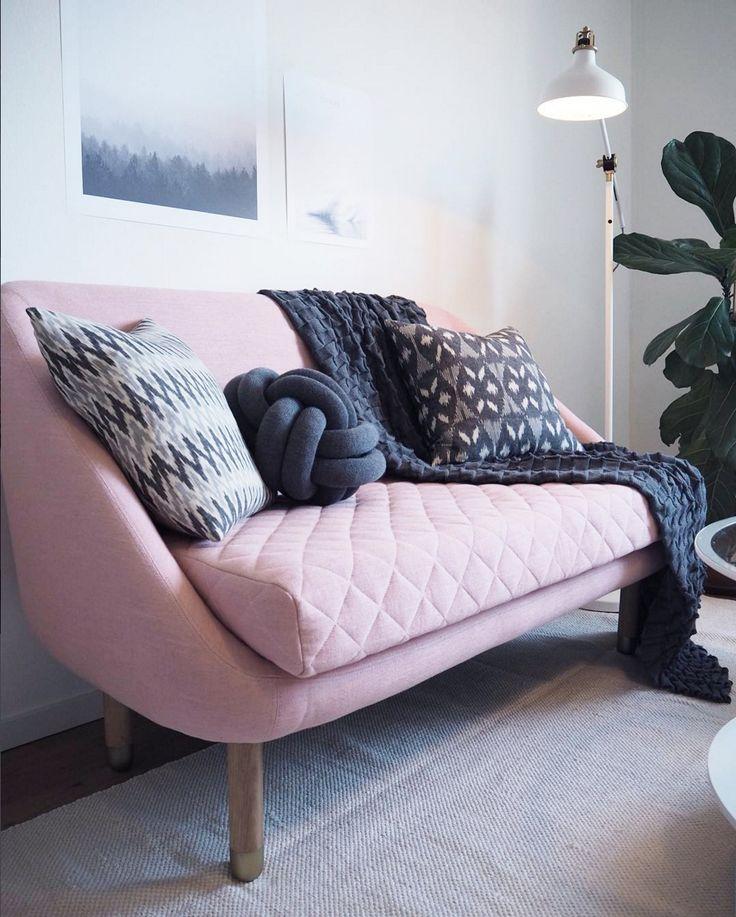 Murphy ganz frisch und dezent bei @josephine.interior #sofacompany_de #danishdesign #furniture #scandinaviandesign #interiordesign #furnituredesign #nordicinspiration #retrostyle #pink #Sofa