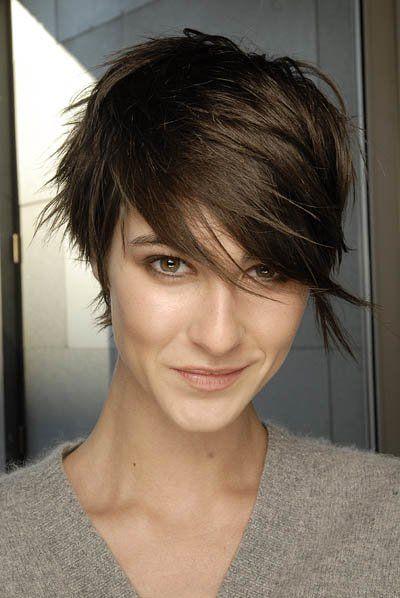 Ein Pixie Cut mit langem Pony - wer nicht gleich in die Vollen gehen möchte, setzt auf diesen Haarschnitt...Noch mehr Kurzhaarfrisuren hier