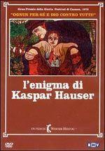 """26 maggio 1828: a Norimberga viene trovato giovane un po' tardo abbandonato da tutti. Fra sogno e ambiguità, Herzog narra con partecipazione autobiografica la vicenda del suo """"ragazzo selvaggio"""", un caso che da più di un secolo è oggetto di studi e ricerche e ha ispirato Paul Verlaine, Paul Wassermann, George Trakl e Peter Handke. Kaspar Hauser incarna l'estraneità assoluta, l'imprevisto che non rientra nelle norme sociali, giuridiche, religiose."""