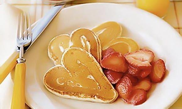 Un regalo original para el día de la madre.  Tortitas caseras con fresas.