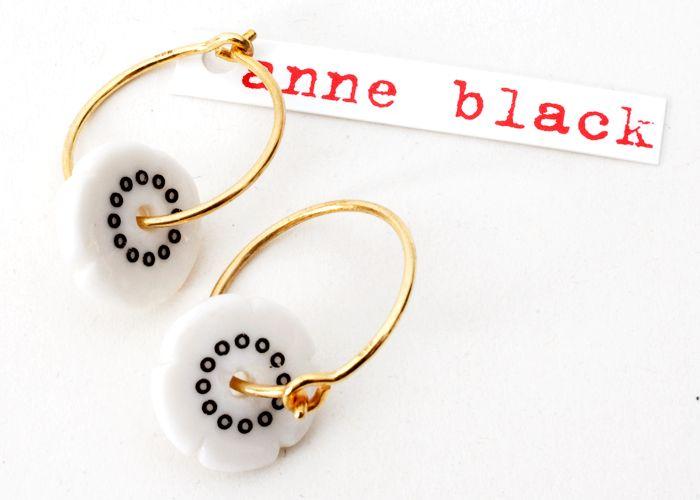 Anne Black Øreringe Sort/Guld - Tinga Tango Designbutik. Interiørbutik - Interior - Children - Børn - Toys - Legetøj - Brugskunst - Design - Kunst - Webshop - Billig fragt - illustrationer - porcelæn - keramik - Black - Sort