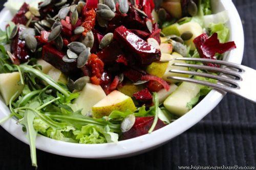 Salát s marinovanou červenou řepou, hruškou a dýňovým olejem podle Kašulky (raw food) :: Syrová strava