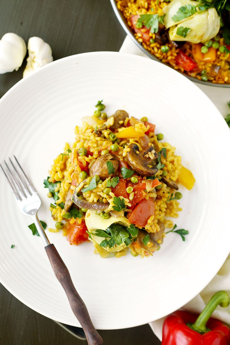 Vegan Paella - delicious vegan spanish rice, flavored with saffron and smoked paprika #mushroms #artichokes #peppers #paella #spanish #vegan #saffron #onepan #delicious