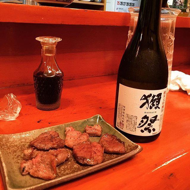 牛タンと獺祭。結構食べて来てたので少しだけもらった、タレとか無しで食べるのがおいしよねー😚客は自分一人だったから女将さんが横に座って色々話ししてくれた。冷凍物は一切置かない主義らしい、芸能人とか海外の人もよく来るんだって #牛タン #国産 #獺祭 #日本酒 #うまい #最高 #肉 #酒 #肉好き #酒好き #贅沢 #おいしい #alcohol #food #delicious #perfect #awesome #sake #japan #dassai #great