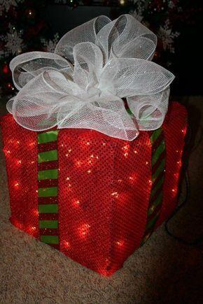 Paso a paso para hacer una caja de regalo iluminada. Las cajas podrán hacerse en cualquier tamaño; lucen increíbles si colocas varias a manera de colección debajo del árbol. También se pueden usar en fiestas de cumpleaños. Es importante elegir una tela transparente que permita ver el brillo de las luces.  Materiales: Malla de …