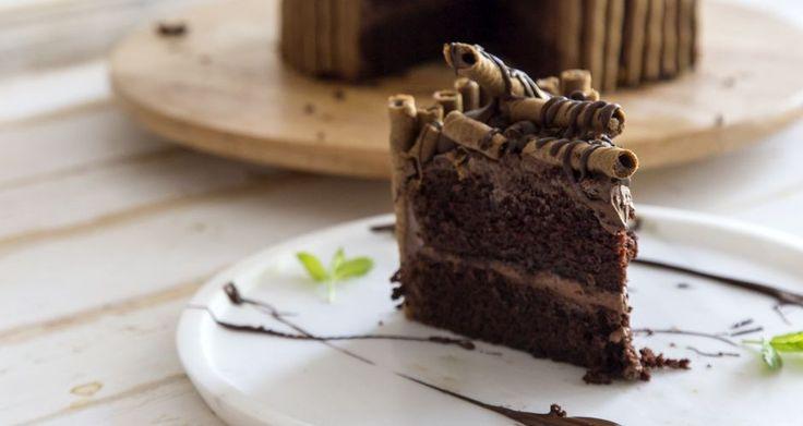 Η απόλυτη τούρτα σοκολάτας από τον Άκη Πετρετζίκη! Η ιδανική τούρτα για γενέθλια, γιορτές, και παιδικά πάρτυ! Θα ενθουσιάσει με τη εμφάνιση και τη γεύση της!