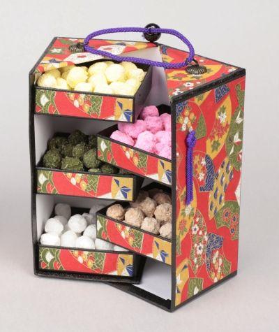 【京都/豆政/明治17年創業/夷川五色豆】長方形の紙箱を縦割りにしたユニークな構造