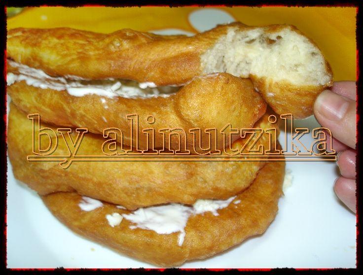 Reteta culinara Langosi cu branza si smantana din categoria Aperitive / Garnituri. Cum sa faci Langosi cu branza si smantana