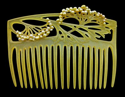 While combs are more often seen in Rocoin fashion, this style would've been adopted by East Anixians in the 8th century in an effort to distinguish themselves from the West.: Art Nouveau Jewelry, Louis Aucoc, Nouveau Combs, Artnouveau, Carvings Horns, Green Hair, Haircomb, Hair Ornaments, Hair Combs