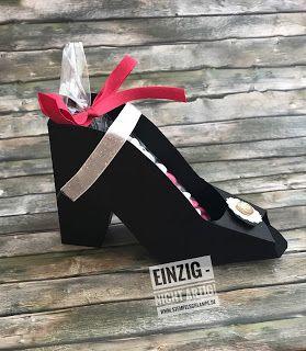 Cinderella  Ich war mit Freundinnen unterwegs und sah in einem Geschäft einen sehr schönen Papierschuh als Verpackung für eine Fußcreme. Was tut die Bastlerin von Welt in dieser Situation: sie kauft alles schmeisst die Fußcreme weg weil sie sie nicht mit ans Handgepackt bekommt nimmt die Verpackung mit und nimmt diese sorgfältig auseinander - und hat so das Template um die Schuhe selbst zu machen.  Natürlich macht die Bastlerin von Welt nicht nur einen wenn sie schon mal raushat wie das geht…