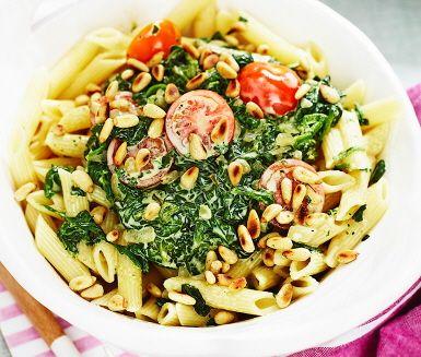 Trots kort tid i köket blir resultatet en krämig pastarätt med fina smaker av spenat, lök, grädde, tomat och pinjenötter. Spenatpasta med rostade pinjenötter är ett inbjudande och snabblagat pastrecept som passar perfekt till en trevlig middag eller lunch hemma!