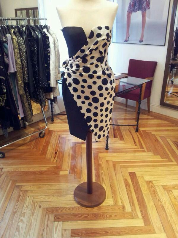 Vestido de Petro Valverde: http://www.ebay.es/itm/261419604393