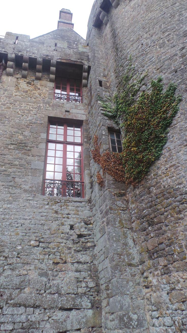 """105- Château de Combourg - § COMBOURG: ... """"miche feuilletée"""" payable le jour de la Pentecôte au château de Combour. Ceux de Montdol, chaque année, """"une paire de gants"""". Le jour de l'Ascension il était dû, chaque année, au sire de Combour par les bouchers de Dol, en l'acquit des pelletiers de cette ville, """"une pelisse blanche de telle grandeur qu'elle puisse couvrir et entourer un fût de pipe et que les manches soient de telle grandeur qu'un homme armé y puisse passer facilement"""" (Aveu de…"""