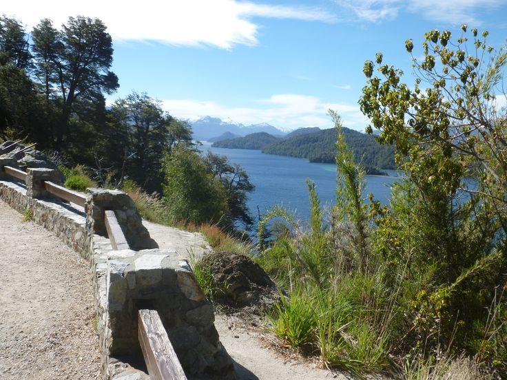 """El Lago Espejo es un lago de orígen glaciario ubicado en el Departamento Los Lagos de la Provincia del Neuquén, Argentina. Se encuentra cercano a la localidad de Villa la Angostura y forma parte del """"Camino de los siete Lagos""""."""