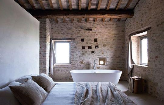exposed beams in the bathroom / poutres apparentes dans la salle de bains | More photos http://petitlien.fr/chambrepoutres