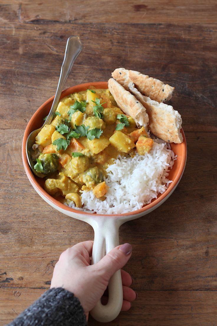Een heerlijk vegetarisch stoofgerecht: Indiase korma met spruitjes, wortel en cashewnoten. Zet 'm op zondag op het vuur zodat je op maandag snel klaar bent.
