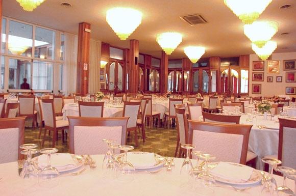 Grand Hotel Excelsior. Albergo a Chianciano Terme: la ristorazione  Il ristorante à la carte offre un'ampia scelta di piatti, preparati con cura e raffinatezza, prediligendo la tradizione culinaria toscana.