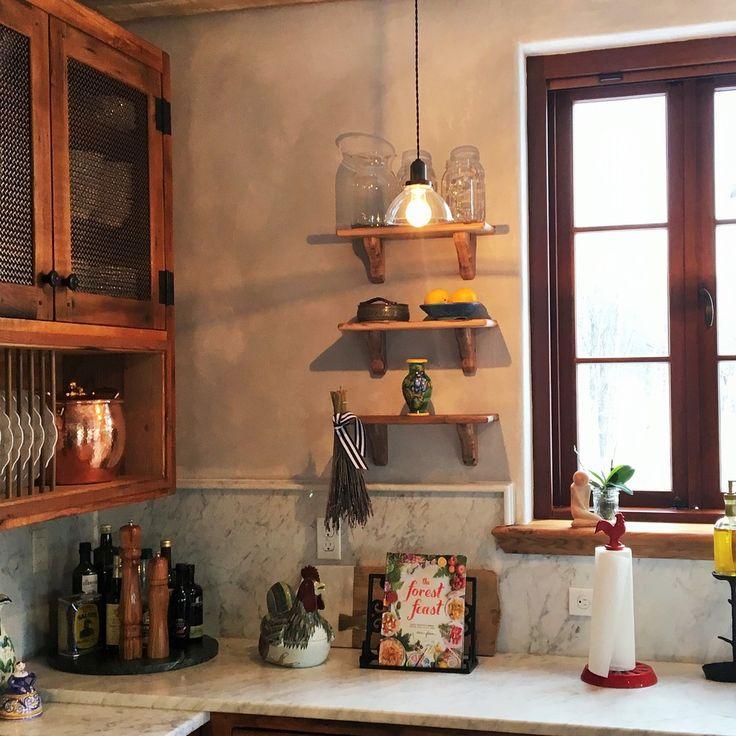 Дизайн кухни в деревенском стиле: декор на маленьких полочках