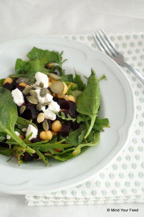 Salade met kikkererwten, rode biet en geitenkaas
