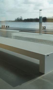 Een uit 2 mm dik staal gemaakte radiator voor plaatsing voor glasgevels, om koudeval te voorkomen. Geen rooster of kwetsbare omkasting.